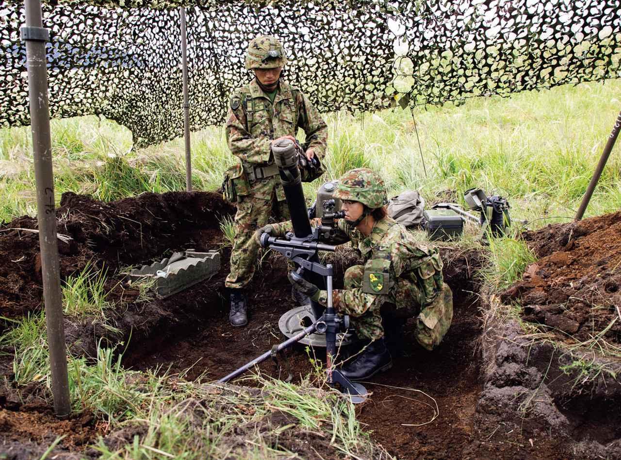 画像: 迫撃砲小隊では、迫撃砲を守るための大きな陣地を掘る。上部には偽装網を展張し、上空からの攻撃に備える