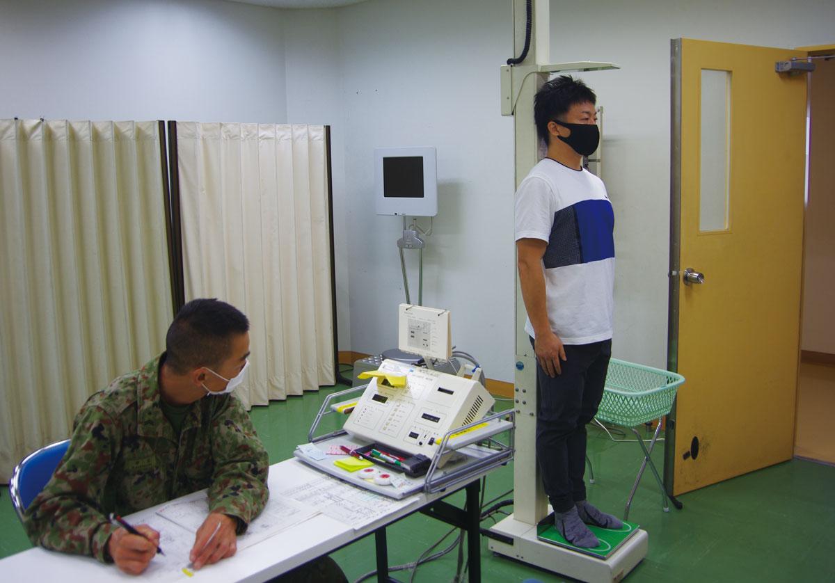画像: 毎年、年度最初の訓練では着隊後に健康診断を受ける。身長、体重、血圧、視力、聴力、肺活量、尿検査、問診などを行い、訓練に適した健康状態であるかを判断する