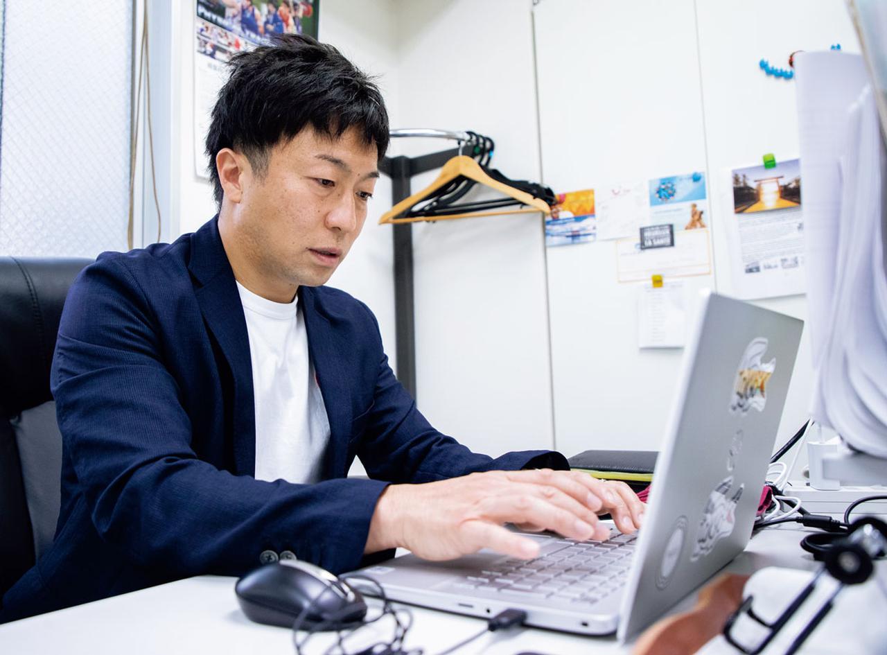 画像: デスクワークではパソコンを使った書類作成がメイン。キーボードをたたきつつ、時折フランス人社員と流ちょうなフランス語で談笑も