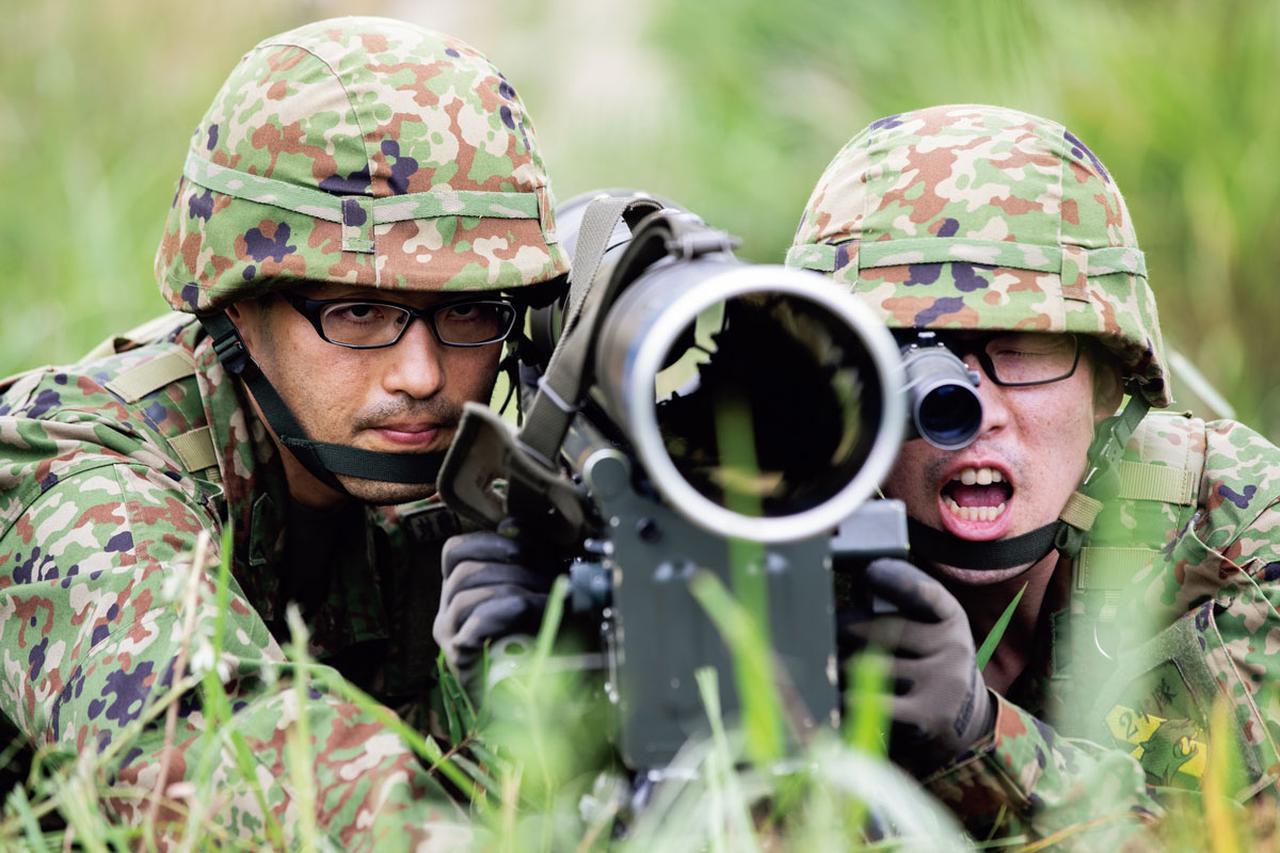 画像: 射撃をする対戦車小隊の即応予備自衛官