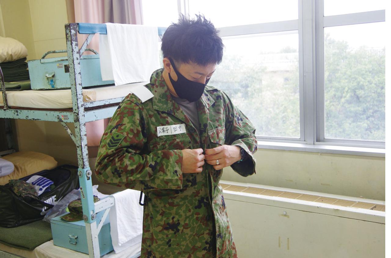 画像: 居室に入り、迷彩服に着替える。即応予備自衛官に任官後は、配属された部隊に個人のロッカーが置かれ、迷彩服や戦闘靴といった個人装具を保管する