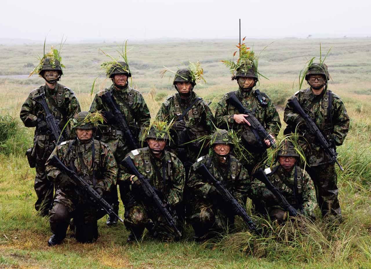 画像: 田中予備陸士長(前列右から2番目)と共に戦った3分隊のメンバー。「状況終了」の声を聞くと、体は疲労困憊のはずだったが、安堵のためか自然と笑みがこぼれるひと幕も