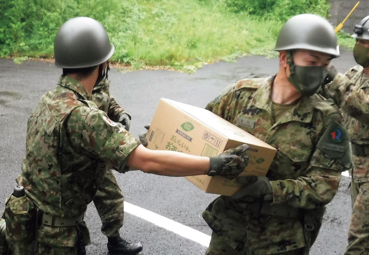 画像: 令和2年7月豪雨に関わる災害派遣では、即応予備自衛官も招集され、熊本県人吉市の避難所に必要物資を運び込んだ(写真提供/防衛省)
