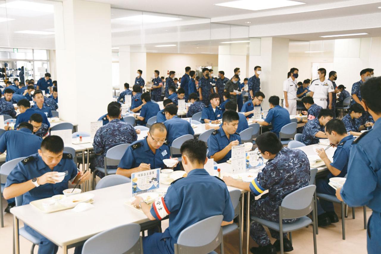 画像: 学生や職員でにぎわう食堂。栄養バランスのとれた食事は、健康な肉体をつくるための基本となる