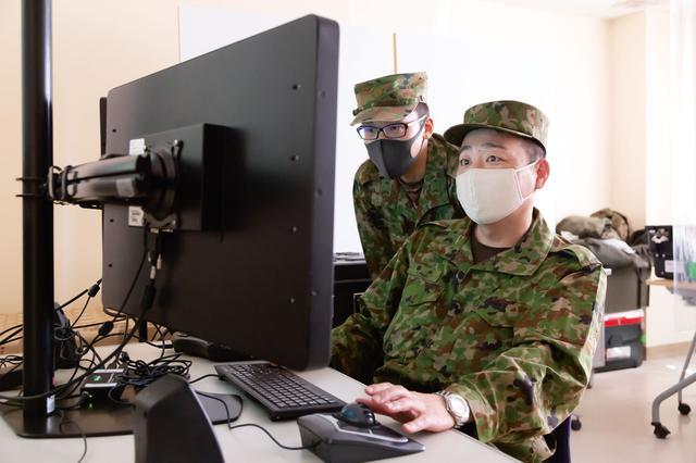 画像: モニターで確認しながら、スキャンイーグル2の操縦を訓練する隊員。画面に表示される各種情報や、カメラから転送される映像を見ながら操縦する