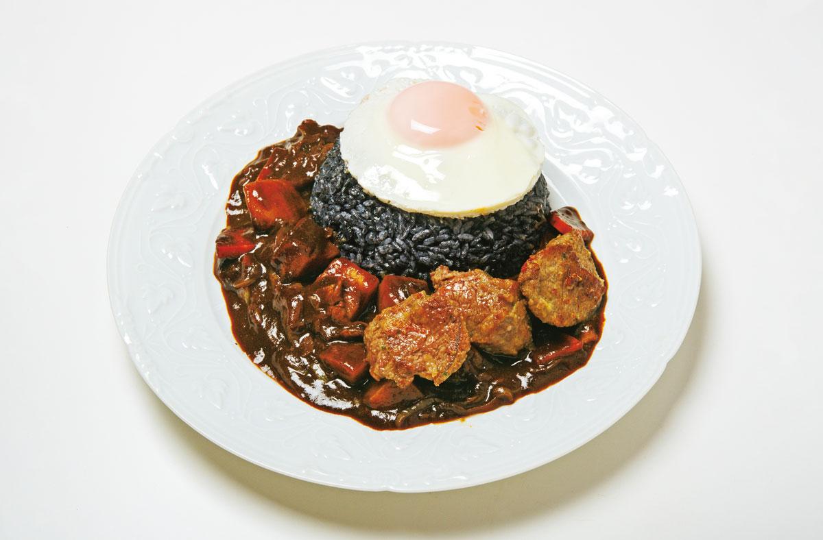 画像: 「ボタ山カレー」ってなに? なんでご飯が黒いの?