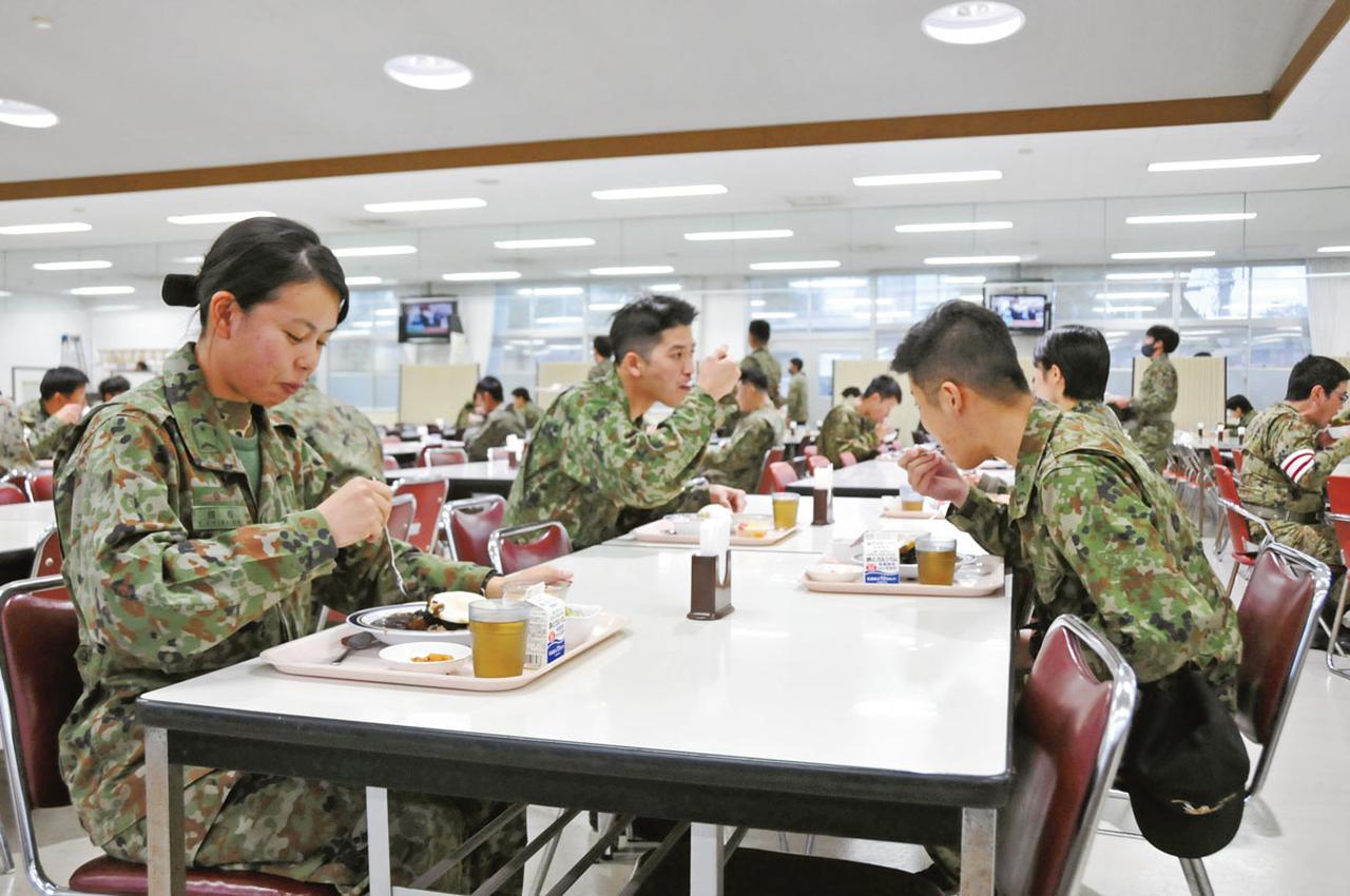 画像: 月に1度の「ボタ山カレー」は隊員も楽しみにしているので、いつにも増して活気づく隊員食堂。おいしい食事が活力の源になっている