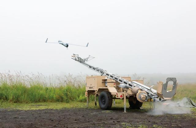 画像: 発進は、専用の空気圧式カタパルトによって行われる。風向きによって無人機を発進させる方向を変える