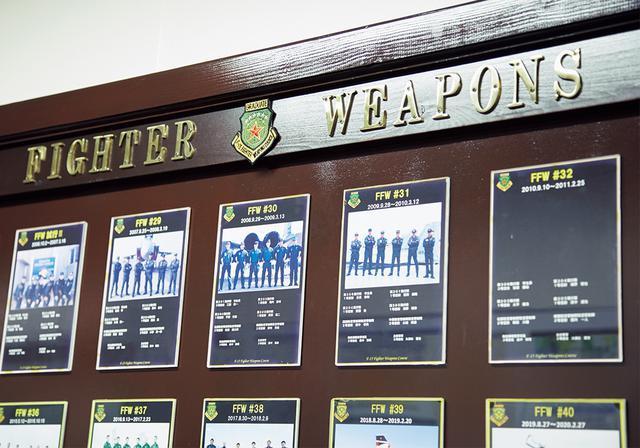 画像: 本家トップガンと同じく「ファイター・ウエポン」の別名で呼ばれる戦技訓練。歴代の修了者は壁に飾られ、その栄誉をたたえられている