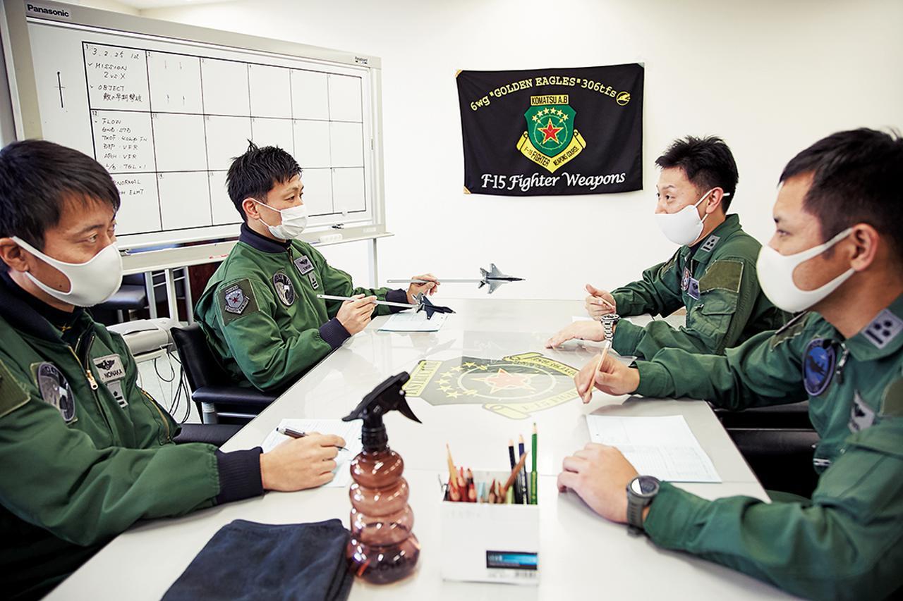 画像: 教官と学生は訓練後にレビューを行い、問題点を入念に確認する