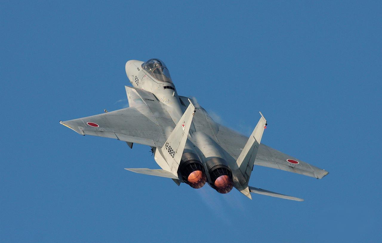 画像: 推進力を高めるアフターバーナーの赤い炎を見せながら上空へと舞い上がるF-15J。その機動力の高さは地上から見てもよく分かるものだった
