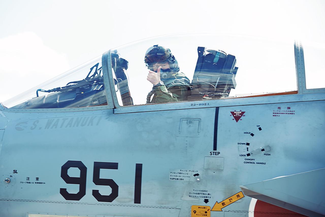 画像: 教官と学生はその日の訓練について入念な事前ブリーフィングを行い、機体へと乗り込む。上空での訓練自体は1時間ほどの短時間集中型だ
