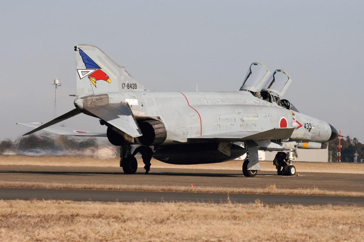 画像: F-4EJは、アメリカ空軍のF-4Eを改造した戦闘機で、日本での運用には不必要な装備を取り除き、空対空戦闘に特化したもの。F-4EJ(改)は、レーダーの近代化などの改修がされたもの。通称「ファントム」