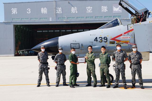画像: ラストフライトで美保基地に到着したF-4EJ(改)戦闘機(439号機)。到着後は、引退セレモニーが行われ、美保基地にて展示予定だ。引退を惜しむファンも多い航空機だ