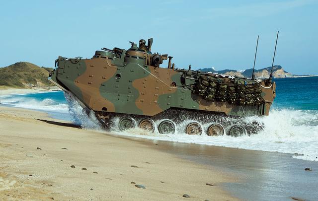 画像: 水陸両用車AAV7。物資輸送など、災害派遣での活動も能力的には可能だ