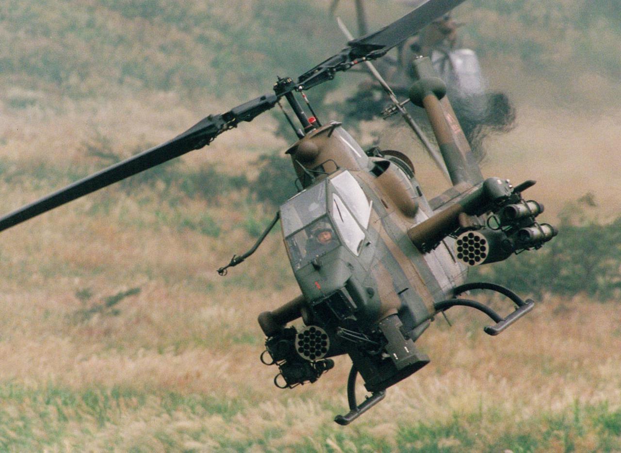 画像: アメリカで開発され日本でライセンス生産されている対戦車ヘリコプター。前席に射撃手、後席に操縦士が縦一列に搭乗する、タンデム式コックピットを採用