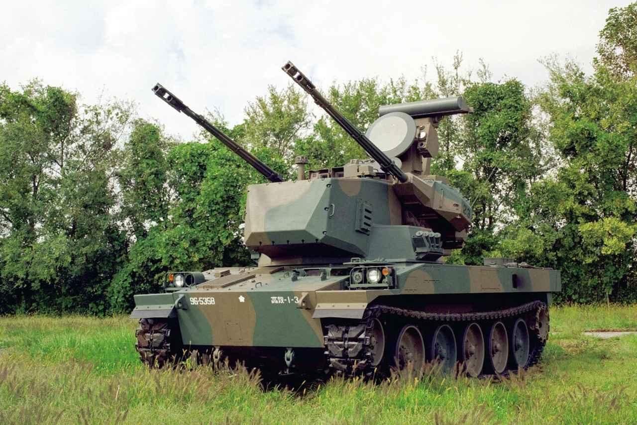 画像: パワーとスピードを備えた陸上自衛隊の自走式対空砲。対空レーダーと対空機関砲を2門装備、時速53キロメートルで走行し敵航空機を攻撃する