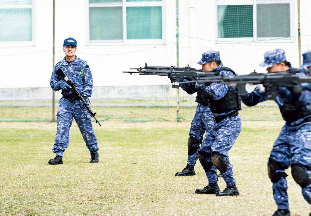 画像: 教官から姿勢の確認を受けながら、さまざまな射撃姿勢の訓練を行う 撮影/荒井健