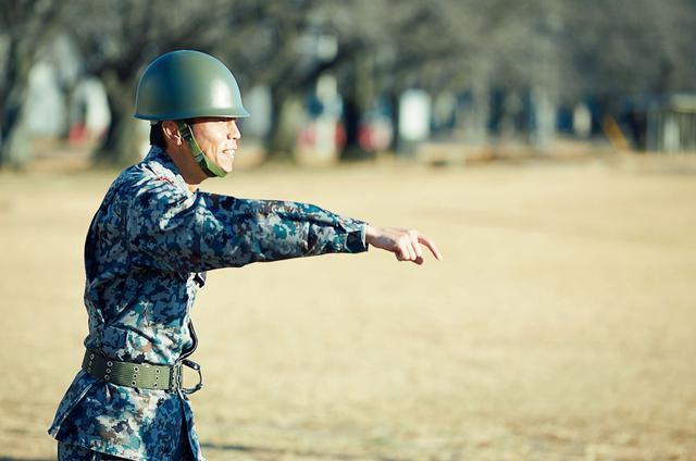 画像: 新入隊員の教育で、動きのわずかなズレを指摘する教官。短い教育期間で、統制のとれた行動を実現させる