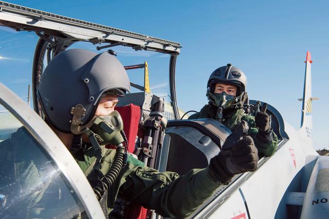 画像: 飛行前の点検が完了し、サムズアップ(親指を上げるサイン)をかわす学生(写真手前)と教官 撮影/村上由美