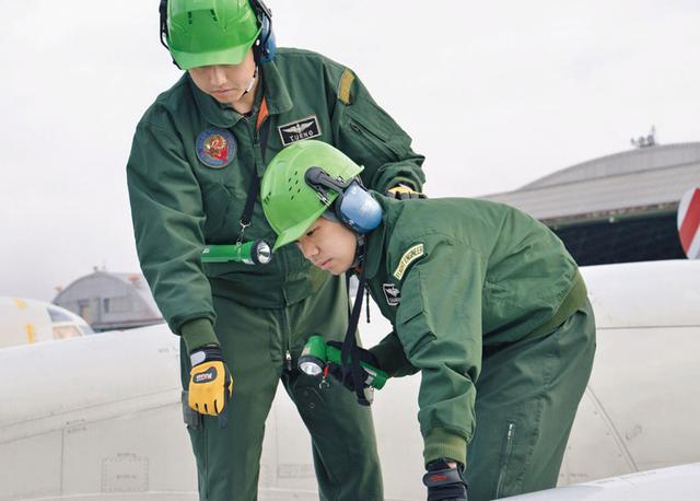 画像: 航空機の機上整備員を育てる教育中、教官が飛行前後の点検について指導する 写真提供/防衛省