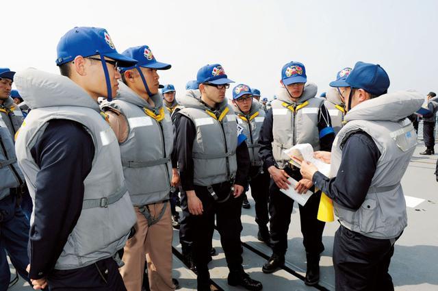 画像: 練習航海中の艦上で、さまざまな状況に対応するための教育を受ける幹部海上自衛官 写真提供/防衛省