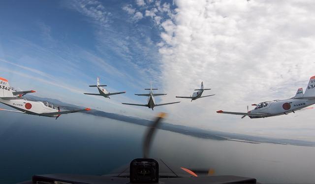 画像: 最後尾に位置する4番機にカメラを設置し、9機編隊を撮影。機体同士がわずか数メートルまで近づく演目もあるという。慎重で正確な操縦が求められる