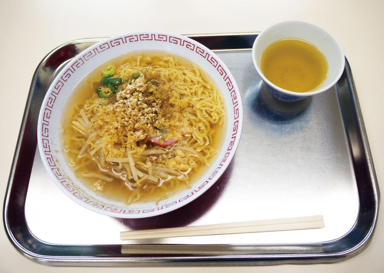 画像: 貧乏学生が店に頼み込んで定着したとされる鳥取のスラーメン。谷口氏も高校生の頃に学校近くの食堂でよく食べたという、思い出の味だ