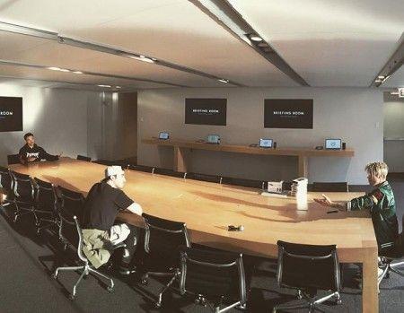大きな会議室で会議ごっこ。