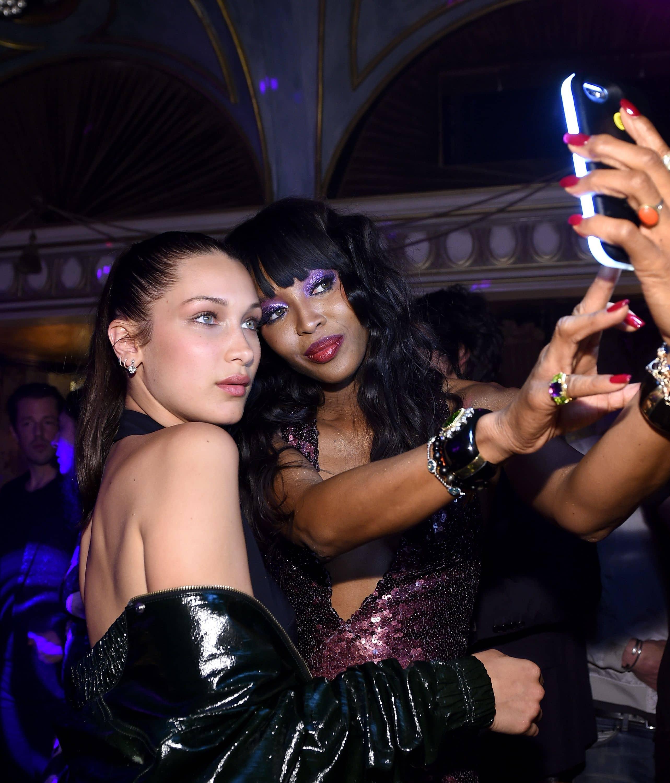 モデルのナオミ・キャンベルは後輩モデルのベラ・ハディッドとTY-LITEの照明を使って2ショット撮影。