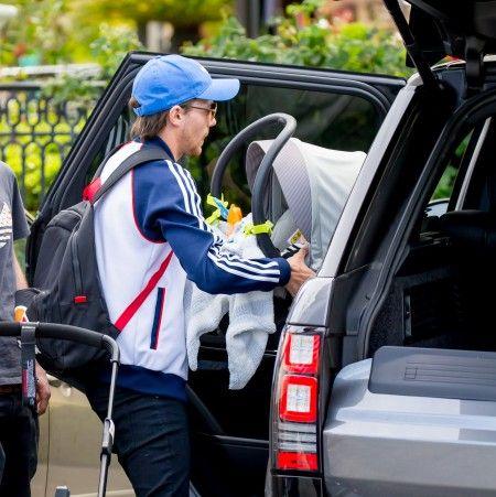 マキシコシのベビー用カーシートをベビーカーから外して車に乗せるルイ。