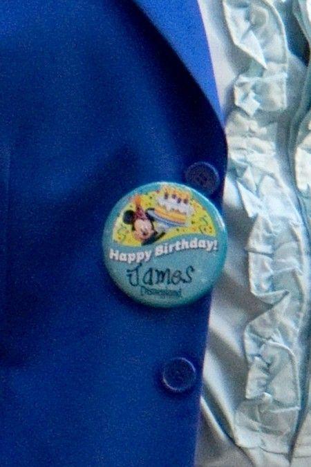 誕生日の来場者がもらえるバースデーバッジもしっかり着けていた。