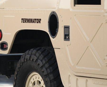 車の横側には「ターミネーター」の文字が。