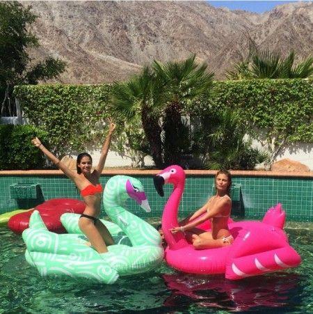 モデルのサラ・サンパイオのは「KFISH」、コンスタンス・ヤブロンスキーのは「Flamingo」。©Sara Sampaio