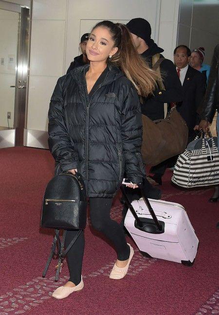 4月にも、同じピンクのキャリーバッグを持って来日。