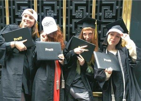 写真の右から2番目のオレンジっぽい髪色の女性がイザベル。毎年行われるプラット・インスティュートの卒業制作発表会は、デザイナーやクリエイターの金の卵を発掘する機会として以前から業界人から注目を集めている。ⒸIsabelle Hall