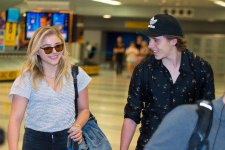 NYの空港で楽しそうにお喋りしながら歩く2人。
