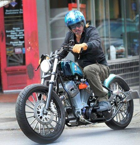 色々な種類のオートバイに乗る姿が目撃されているブラッド。所有台数は膨大?