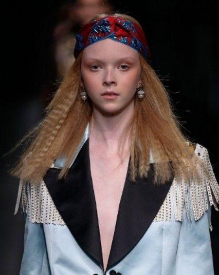 Gucciの2016年秋冬コレクションでは、クリンプ・ヘアにターバンをプラスしたサイケデリックなヘアスタイルが注目の的に。