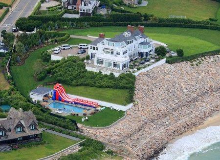 海辺に建つテイラーの別荘。