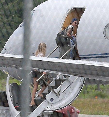 プライベートジェットに乗りこむ、女優のルビー・ローズ。