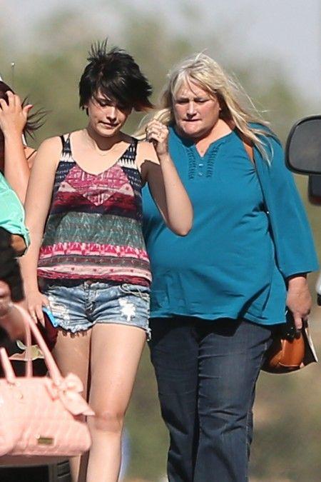 2013年に、一緒に美女コンテストを観に行ったパリス(左)とデビー(右)。