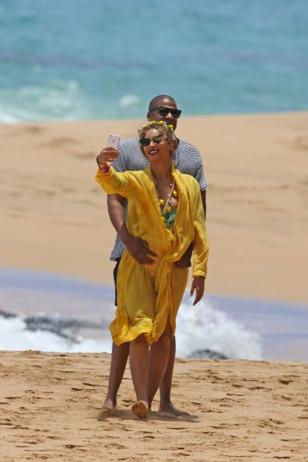 EXCLUSIVE: *PREMIUM EXCLUSIVE RATES APPLY* *NO WEB UNTIL 11.30PM PST, JUNE 20* A swimsuit clad Beyonce and shirtless Jay Z make a splash on their Hawaiian getaway.