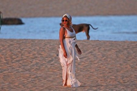 EXCLUSIVE: ** PREMIUM EXCLUSIVE RATES APPLY** Beyonce and Jay Z watch the sunset together on a beach in Hawaii.