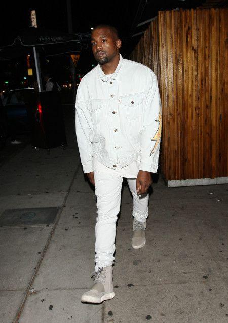 カニエ・ウエスト Kanye West  Yeezy Boost スニーカー ウエストハリウッド ホワイトコーデ