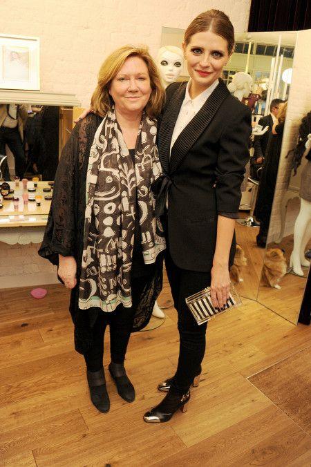 2012年、母と写るミーシャ。母親は7億円で買った豪邸からミーシャを追い出したと言われている。