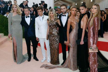 2016年5月のメットガラには、ヴィクシーモデルやニック・ジョナスなど若手セレブと一緒に出席。ソフィアは中央。