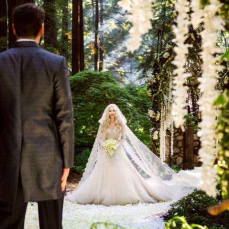 2人の結婚式の写真。かなりロマンチックな様子。