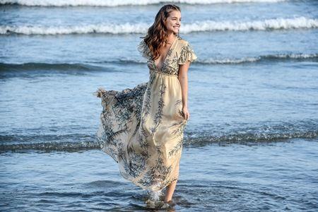 バーバラ・パルヴィン モデル ヴェネツィア国際映画祭 Model Barbara Palvin poses on the beach during Venice Film Festival