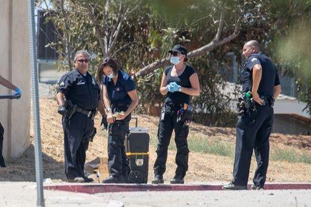 クリス宅を捜査する警察。